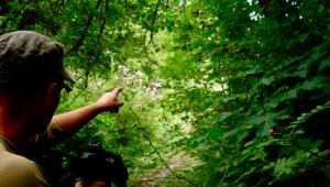 Een airsoft speler wijst een mogelijke route aan.