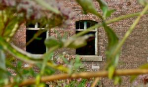 Ramen van een gebouw bij een airsoft veld